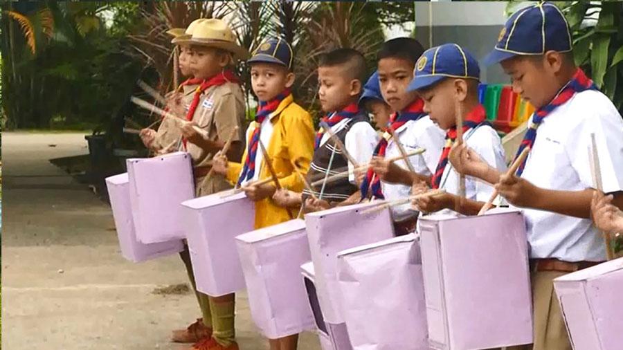 โรงเรียนยากจนใช้ปี๊ปตีแทนกลองร้องเพลงชาติ
